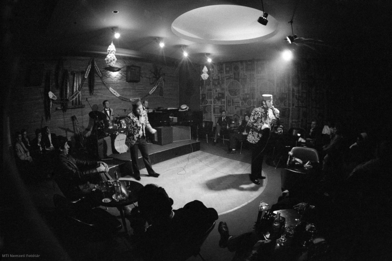 1972. január 10. Németh István és Schiller Béla énekel a Nagymező utcában lévő Moulin Rouge színpadán. Az 1958-ban alakult Vidám Fiúk (Németh István Udvardy Sándor Schiller Béla) Udvardy Sándor Németországba való disszidálása után Paprika duó néven szerepelt tovább.