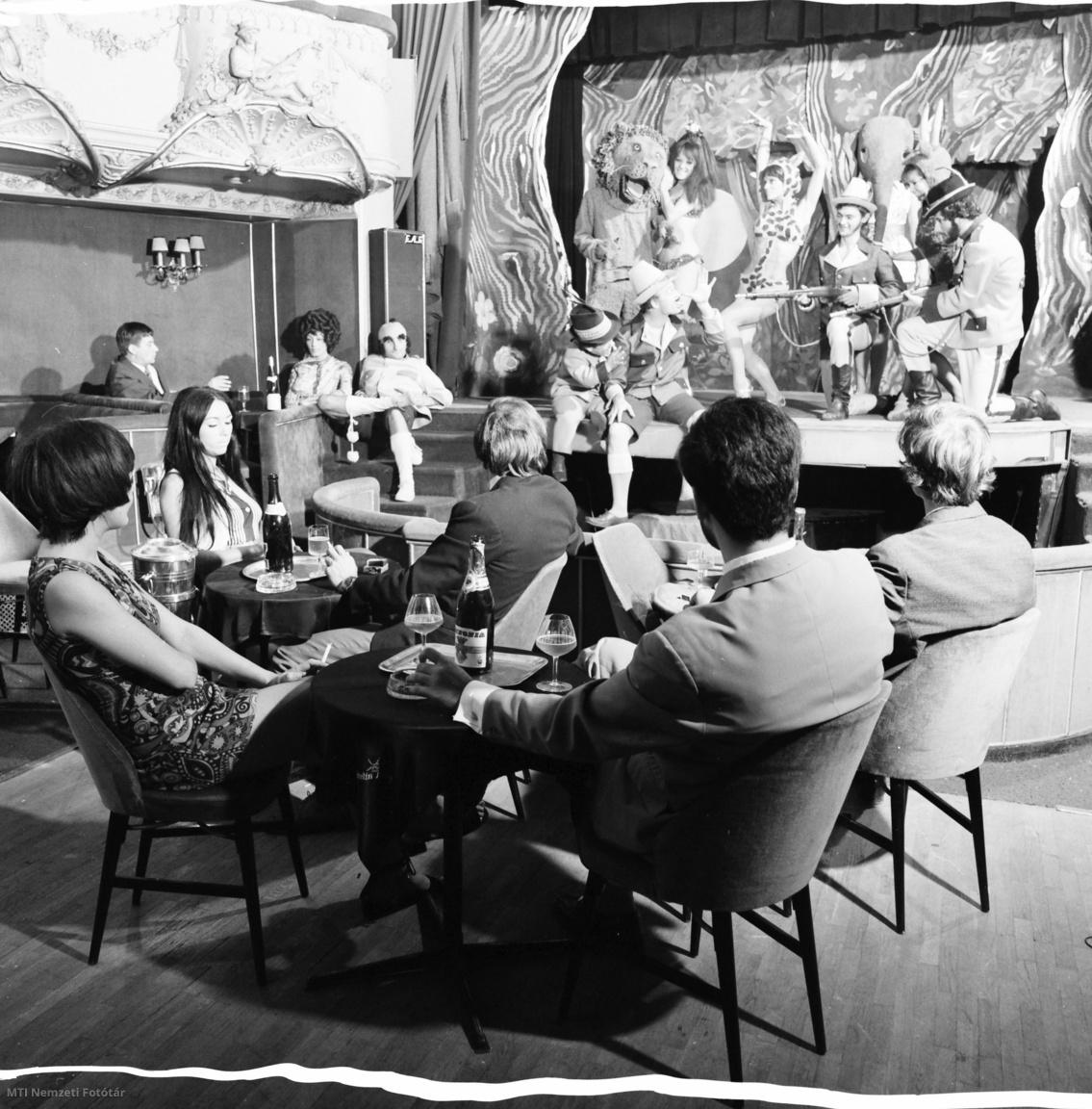 1971. július 27. Színészek humoros jelenetét nézi a közönség a Budapesti Operett Színház épületében (VI. kerület Nagymező u. 17.) található Moulin Rouge-ban amely 1898-ban épült Somossy Orfeum télikertjeként kávéházaként.