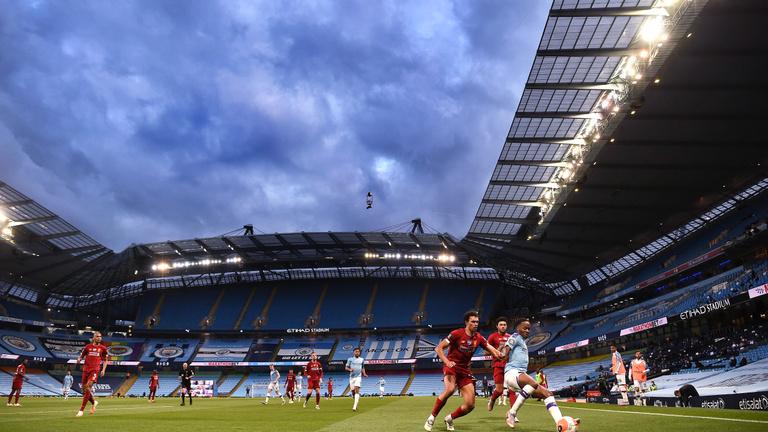 A nagy klubok angyali nyugalommal eveznek a szakadék széle felé