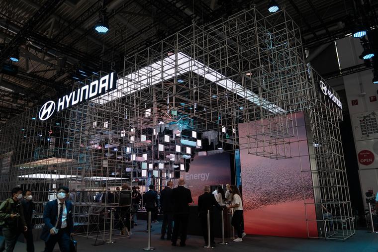 A Hyundai a Ioniq 5 Robotaxit és az Ioniq 6 koncepciót hozta el, a rácsos standra egyetlen más kapható villanyautót sem állítottak ki