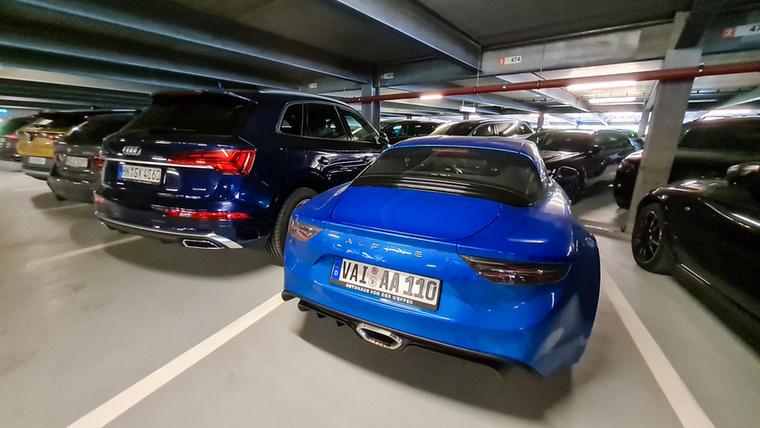 Valamivel el kell jönni az elektromos Renault-k és BMW-k bemutatójára, nem? A parkolóházban ők voltak a szomszédaink