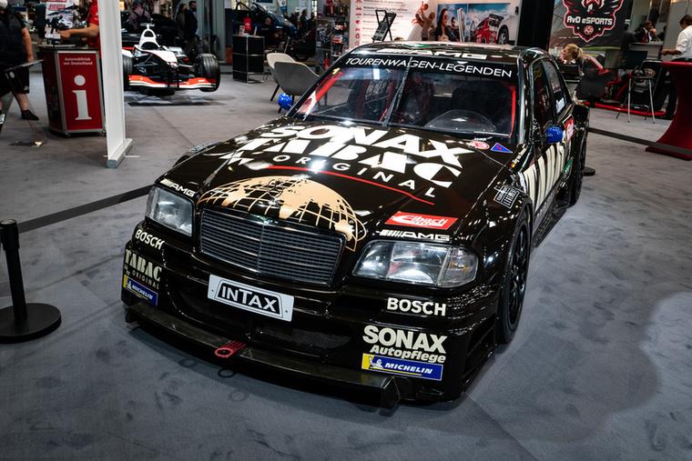 És egyszer csak ezt látod...kinek mond valamit Jörg van Ommen neve? Az 1995-ös DTM-es C osztállyal ő versenyez manapság a Tourenwagen Legenden versenyeken