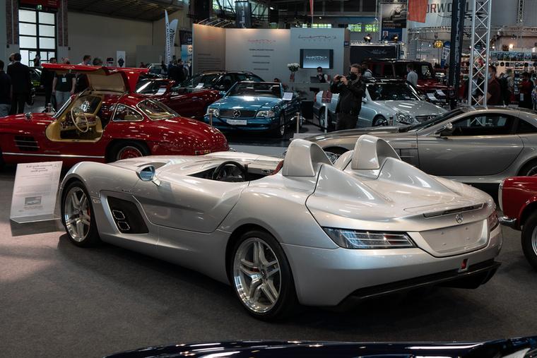 Ez a különleges Mercedes SLR McLaren az angol versenyző-legenda, Stirling Moss nevének állít guruló szobrot
