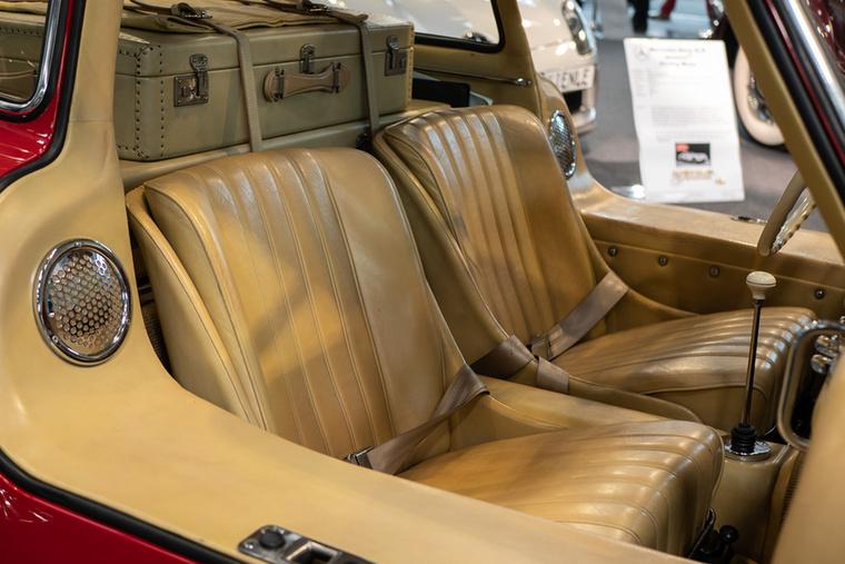 Kötelező 300 SL tartozék a két bőrönd az ülések mögött, a kocsi Bburago modelljében is ott van