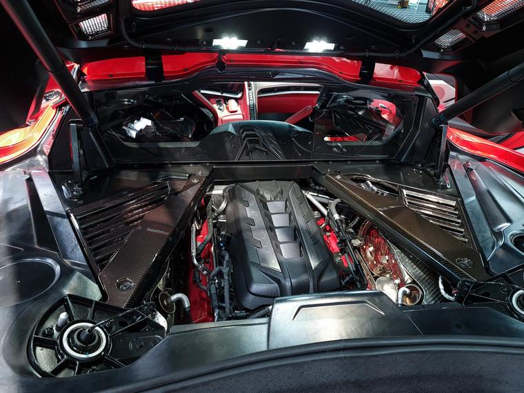 Kiviteltől függően 500 lóerő körül tud a középre szerelt V8