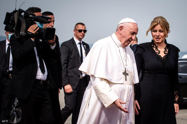 Ferenc pápa és Zuzana Caputova szlovák államfő a pozsonyi repülőtéren 2021 szeptember 15-én