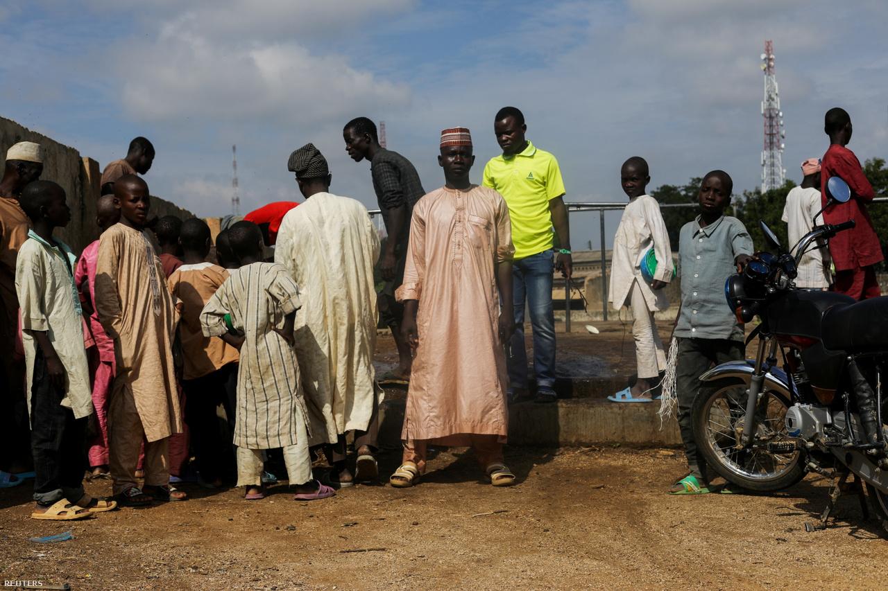 Középan Kawu, körülötte férfiak, a háttérben Rano vágóhídja.