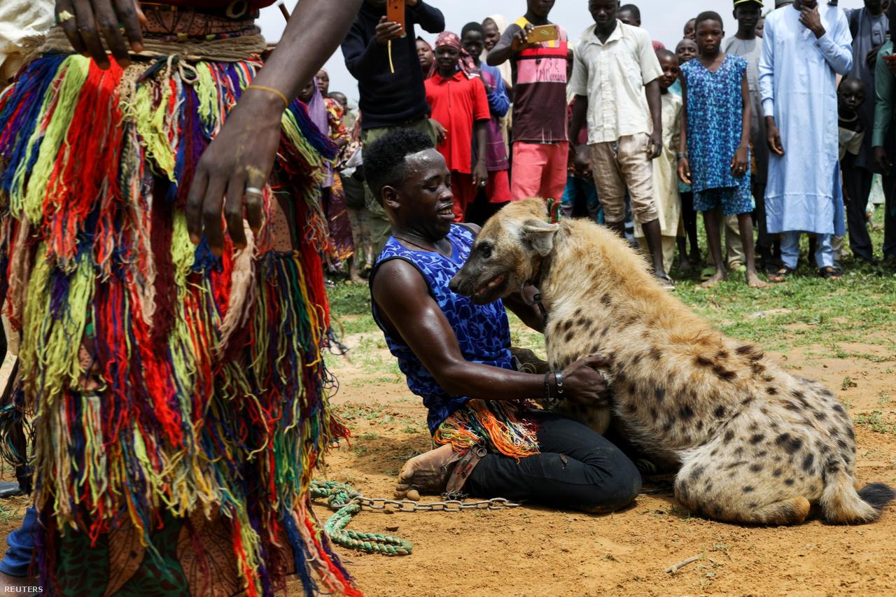 Jahun mellkasára húzza hiénáját, miközben a közönség félve és érdeklődve nézi őt az állattal.