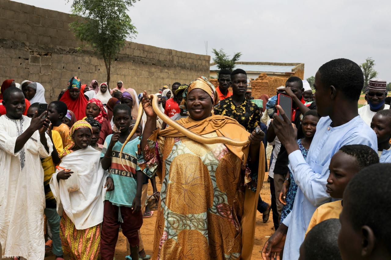 Dauda Abdullahi egy kígyót tart kezében egy ünnepség során.