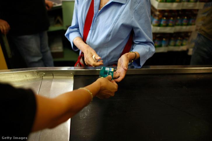 Egy vásárló bankkártyával fizet