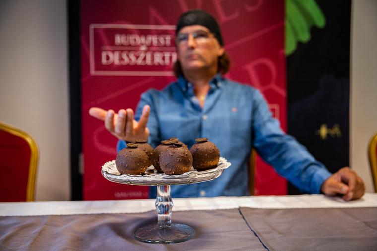 Rebrus Csaba, a Magyar Csokoládé és Édesség Szövetség elnöke az eseményen elmondta, hogyan lehetett indulni a versenyen: az édességnek például bárki által beszerezhető alapanyagokból kell készülnie, melyek egész évben elérhetők, illetve az idei megmérettetésen a cukrászoknak a csokoládé és a túró felhasználásával kellett elkészíteniük a műveiket