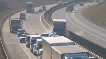 Videó: nyolc kocsit tört rommá az M0-son fékezés nélkül becsapódó teherautó