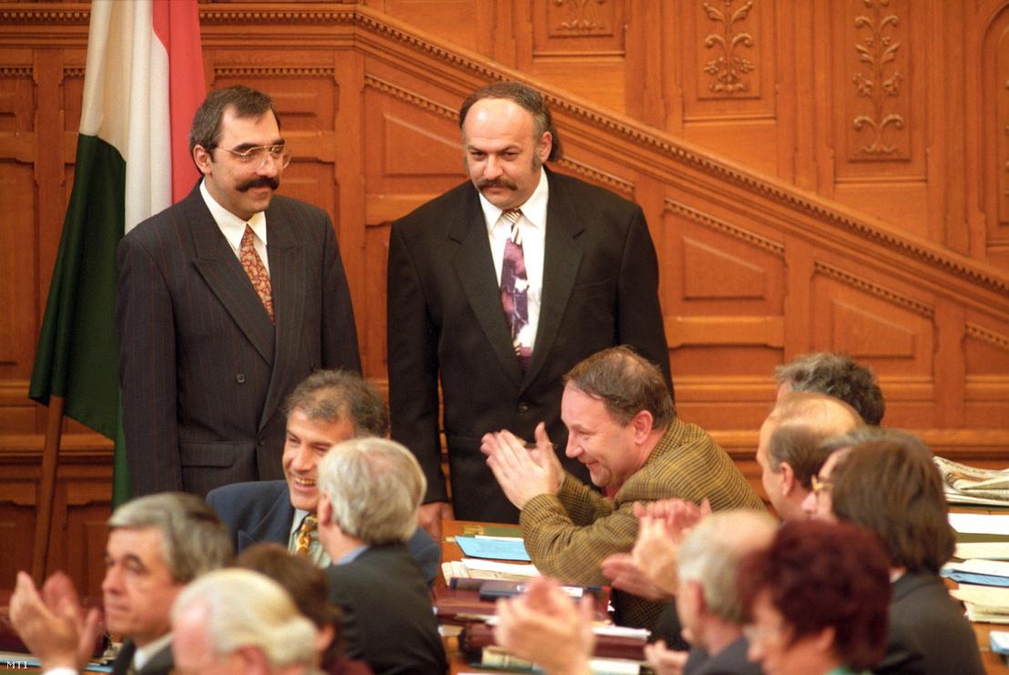 Bokros Lajos pénzügyminiszter és Suchman Tamás privatizációs tárca nélküli miniszter - a Horn-kormány újonnan hivatalba lépő két minisztere - a Parlamentben a miniszteri eskütétel után 1995. február 28-án