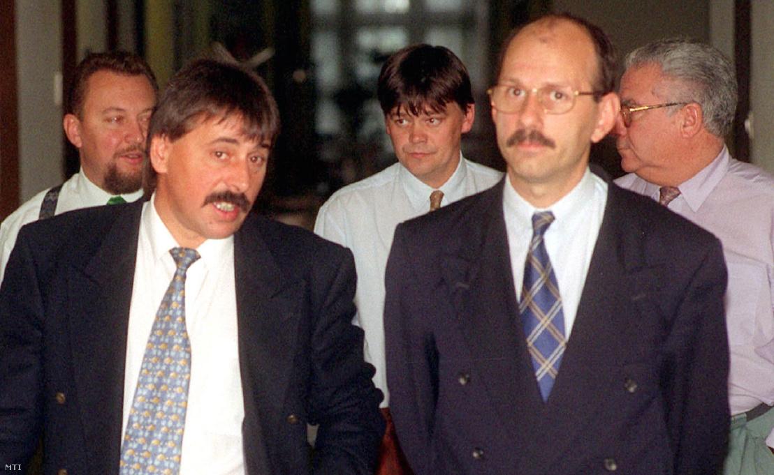 Az országgyűlés APV Rt. vizsgáló bizottsága összeállította a testület előzetes programját. A bizottság az állami privatizációs és vagyonkezelő Rt. és Tocsik Márta közötti tanácsadói szerződés megkötésének körülményeit vizsgálja. A képen: Toller László és Hack Péter az ülés szünetében 1996. október 17-én