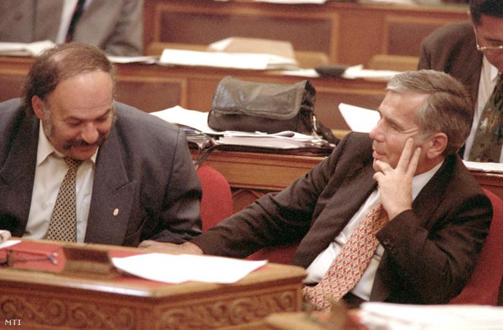Suchman Tamás ipari miniszter és Horn Gyula miniszterelnök az ülésteremben 1996. szeptember 4-én