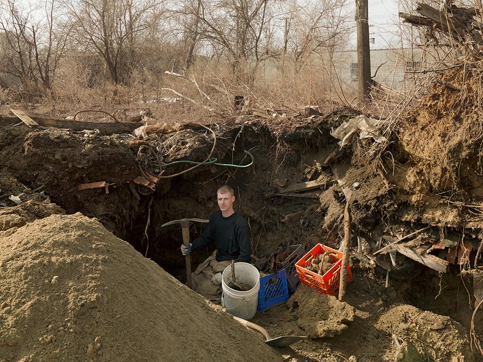 Brad, West Jefferson Avenue, Delray, Detroit, 2011 Brad 2011-ben egy évig tartó ásatást kezdett az elhagyott gyárépületben. Naponta 450 kilónyi újrahasznosítható fémet termel ki a földből, ami napi 110 dollár jövedelmet jelent. Munkanélküli, és az autógyártás összeomlása után hiába is keresett munkát, de nem bírta tétlenül viselni helyzetét.