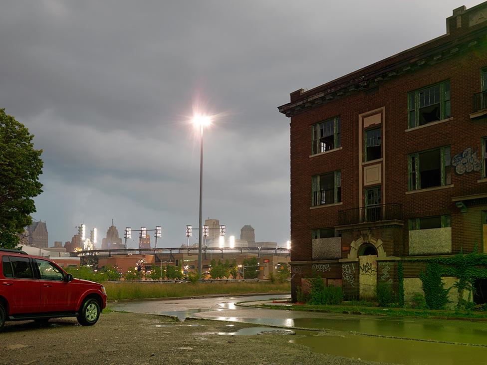 A Brush Park egyik elhagyott épülete, a háttérben a Detroit Tigers baseballstadionja, Detroit, 2011 A Brush Park a város történelmi negyede, de mostanra ez is teljesen elhagyatott. A negyed sorsát a 2008-as ingatlanválság pecsételte meg, az elhagyott történelmi házak mellett félkész épületek tarkítják a környéket, amit nem sokkal korábban próbáltak revitalizálni.
