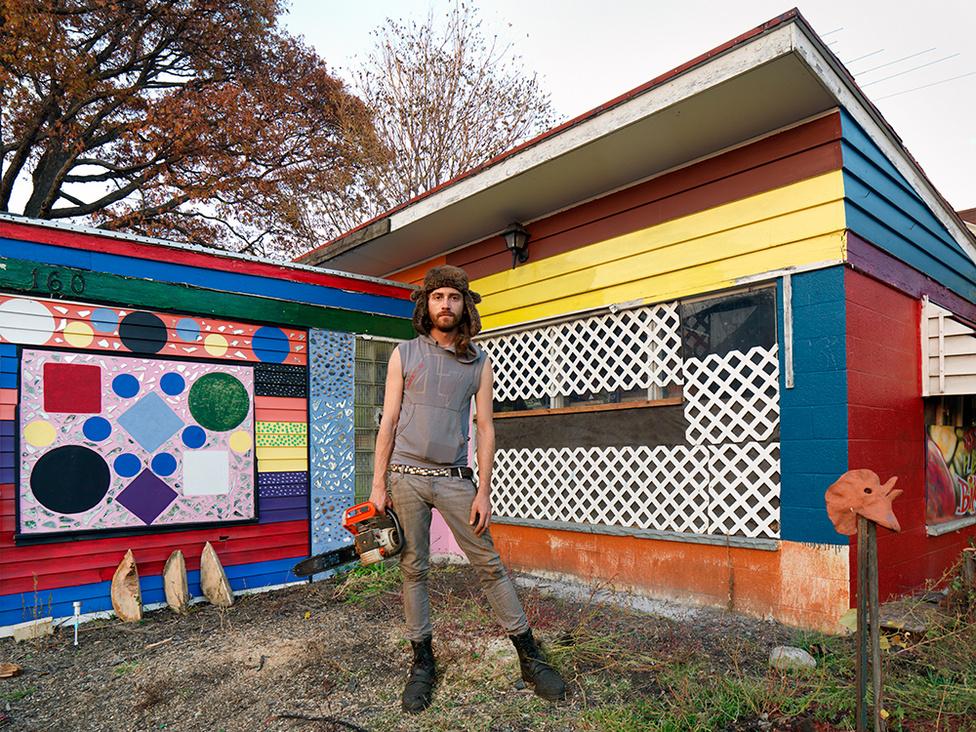 Mars, a Goldengate utcai felújítások ötletgazdája, Detroit, 2012 Beezy és haverjai nem maguktól vágtak bele a felújításokba. A felújítások ötletgazdája és a projekt alapítója Mars. Két éve látott munkához annak reményében, hogy sikerül feltámasztania a kihalt utcát. Azóta aktív kommuna alakult ki a környéken.