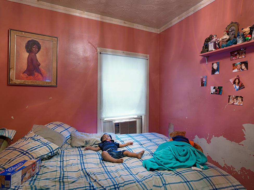 Semira alszik Kat házában, Eastside, Detroit, 2012 A nyitóképen szereplő graffitiművész, Kat fogadta be Semirát, aki egy hajléktalan nő kislánya. Kat bárkit befogad, akinek ételre vagy szállásra van szüksége. Van, hogy nyolcan alszanak kicsi, két hálószobás házában. Ha túlzsúfolttá válik a ház, Kat maga költözik át a szemközti, elhagyatott házba, hogy a rászorulók jobb körülmények között élhessenek.