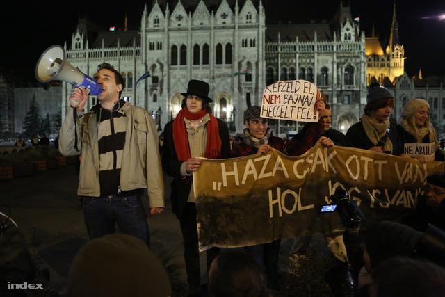 A végig jelszavakat kiabáló, továbbra is több ezres tömeg este tíz után ért a Parlamenthez.Barabás Richárd, a Hallgatói Hálózat aktivistája a kordonnál arról beszélt, hogy Magyarország az alaptörvény módosításával kiiratkozott a demokratikus országok sorából.