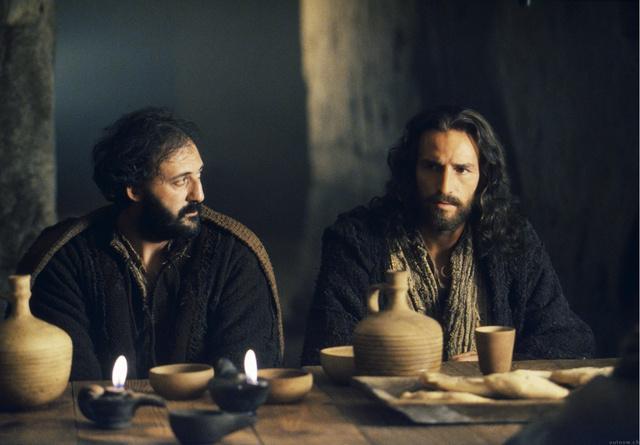 A jobb oldalon Jim Caviezel, mint Jézus