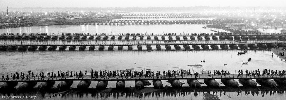 Hindu zarándokok végeláthatatlan sora a Sangnam folyón felállított pontonhidakon.