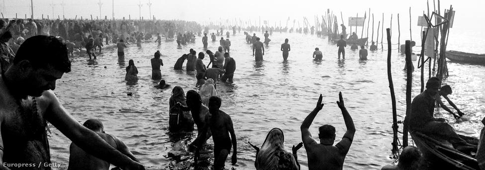 Egy átlagos napon 2-8 millió ember gázolt a folyóba a Kumbh Melá alatt.