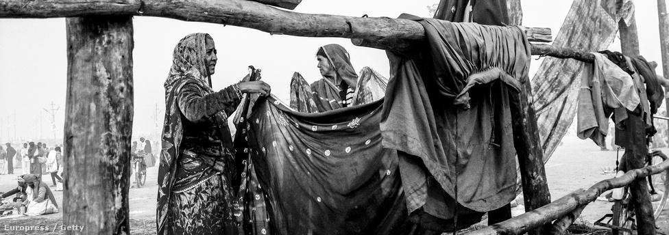Hindu nők szárítják ruháikat a Sangnam partján.
