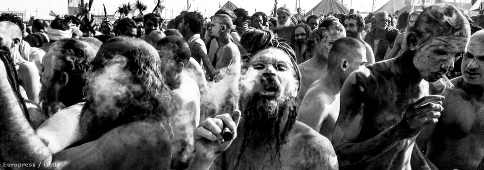 A hamuval bekent test a bűnöket jelképezi. Nem csak gyónni érkeznek a zarándokok, sokan gyógyulást is remélnek a folyó vizétől.