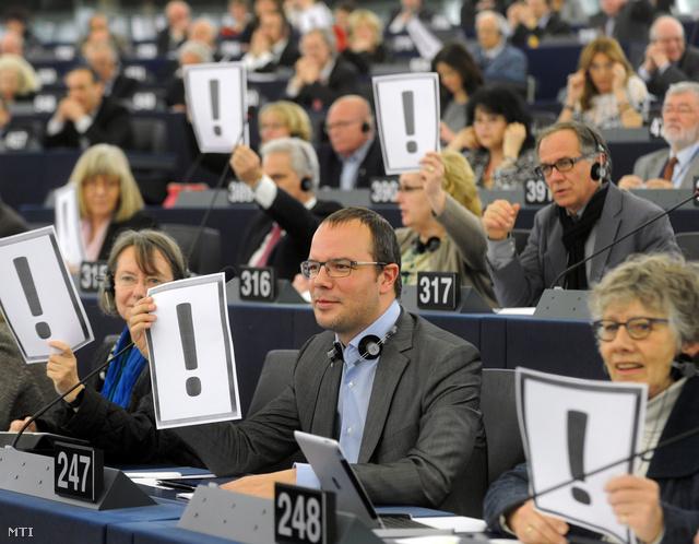 A magyar alaptörvény negyedik módosítása ellen tiltakozó képviselők az Európai Parlament plenáris ülésén, 2013. március 12-én