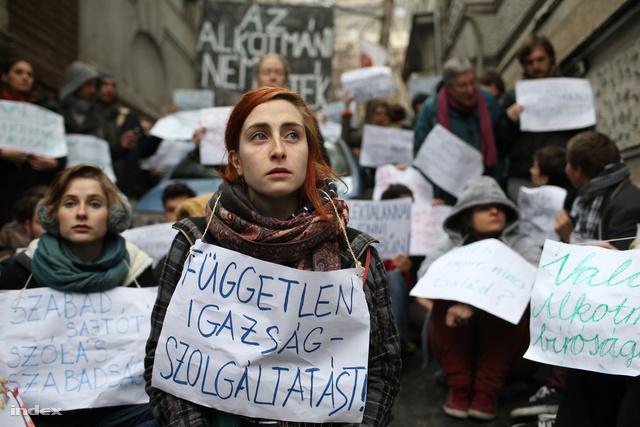 Tüntetők hatoltak be a Fidesz székházába                         Átmásztak a vaskapun, az alaptörvény módosítása ellen tüntetnek. Egy embert bilincsben vittek el, egy rendőrautó karambolozott.