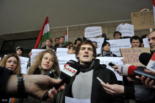 Papp Gáspár beszél a Fidesz-székház elfoglalóinak sajtótájékoztatóján