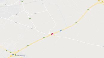 Kigyulladt egy autó az M1-esen, Győr térségében