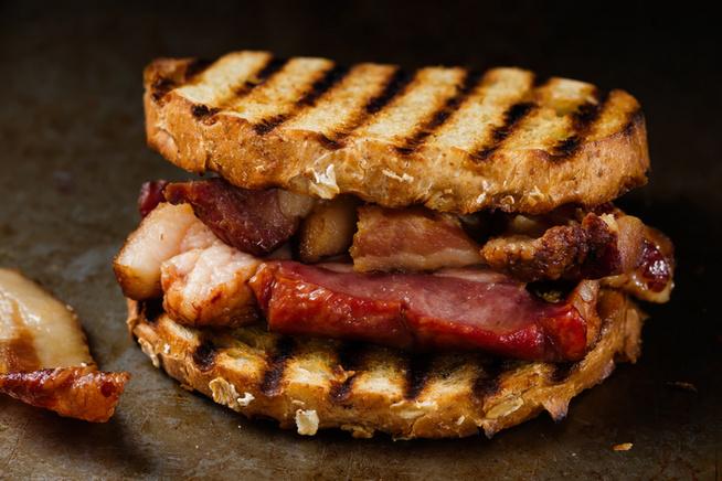 Még szebb lesz a kenyér, ha a grillen is kap egy kis színt.