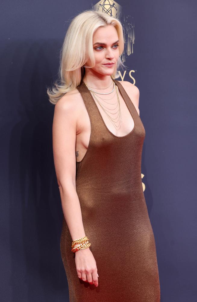 Madeline Brewer egy réz árnyalatú Tom Ford ruhában lépett a fotósok elé