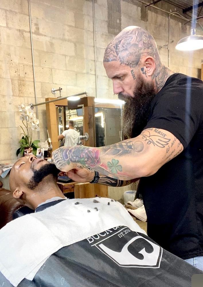 A barberként ténykedő férfi nem mindig volt ám ilyen kirobbanó formában