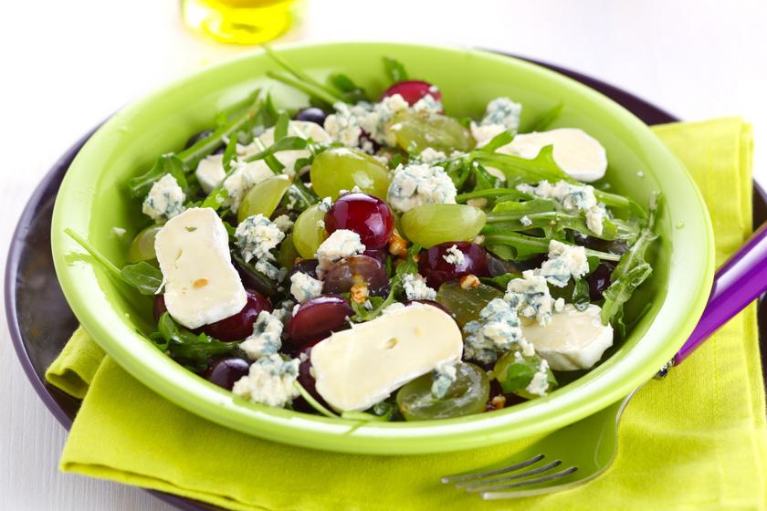 Színes és isteni saláta szőlővel és sajttal: pillanatok alatt összedobhatod