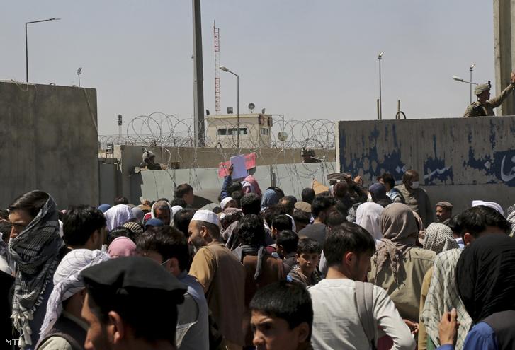 Bebocsátásra váró emberek a kabuli Hámid Karzai Nemzetközi Repülőtér előtti ellenőrzőpontnál 2021. augusztus 26-án