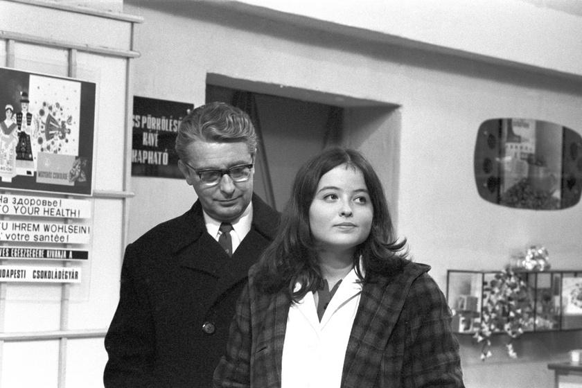 Mensáros László és Kánya Kata 1969 júniusában az Egy őrült éjszaka című film egyik jelenetében. A vígjátékot a következő évben mutatták be.