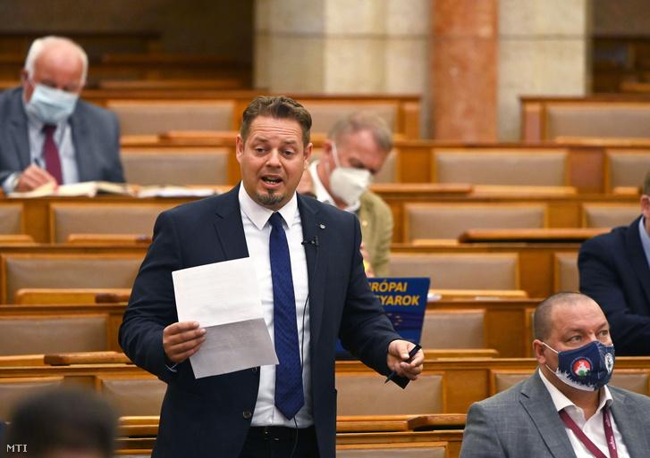 Keresztes László Lóránt, a Lehet Más a Politika frakcióvezetője felszólal napirend előtt az Országgyűlés plenáris ülésén 2021. június 14-én