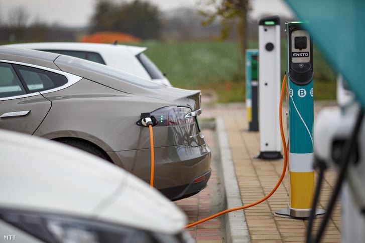 Tesla márkájú elektromos autót töltenek egy Nagykanizsához közeli töltőállomáson 2018. november 28-án