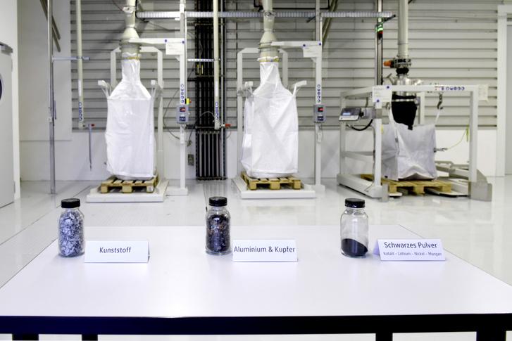 A cellákból viszonylag könnyű kinyerni a műanyagokat, a rezet és az alumíniumot, a fekete masszából kivonni az igazán értékes fémeket már nehezebb ügy, de korántsem megoldhatatlan