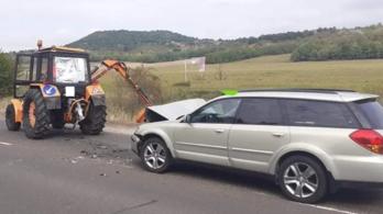 Beleszállt egy kocsi a közútkezelő traktorába