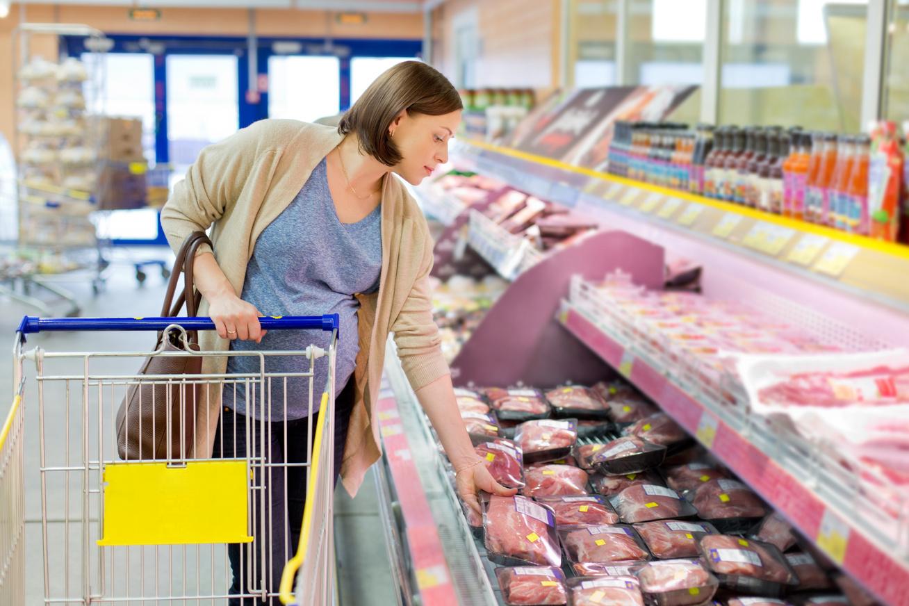 nő húst vásárol
