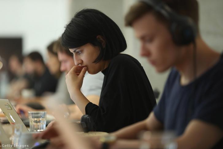 Emberek számítógépnél dolgoznak 2016. július 14-én Berlinben, Németországban