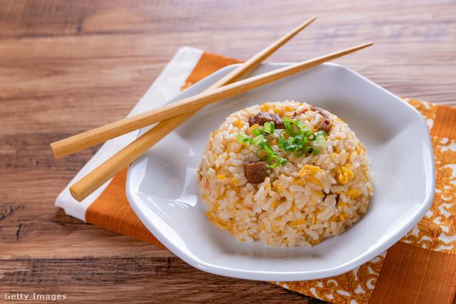 Kínai verzióban a legfinomabb, jó sok wokban sült zöldség mellett.