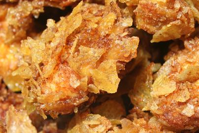 BBQ-szószba forgatott csirkemell ropogós chips-bundában: partifalatnak is tökéletes