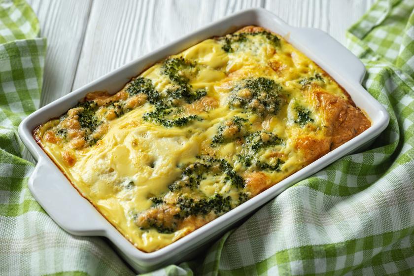 Fűszeres, húsos rakott brokkoli dupla sajttal a tetején: a sok tejföltől lesz ennyire szaftos