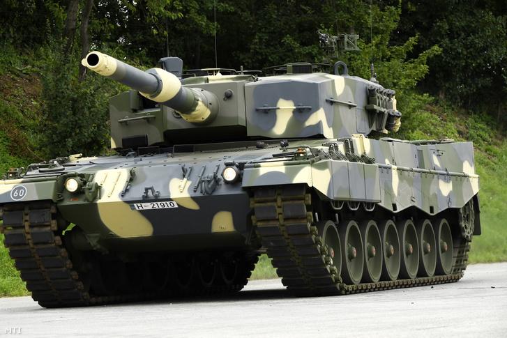 A Magyar Honvédség Leopard 2A4HU harckocsija a német Krauss-Maffei Wegmann (KMW) GmbH & Co. KG. müncheni gyárában tartott bemutatón 2020. július 3-án.