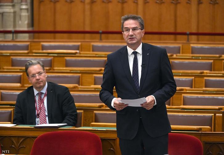 Völner Pál, az Igazságügyi Minisztérium parlamenti államtitkára, a napirendi pont előterjesztője felszólal a koronavírus-világjárvány elleni védekezésről szóló törvény módosításának vitájában az Országgyűlés plenáris ülésén 2021. szeptember 21-én